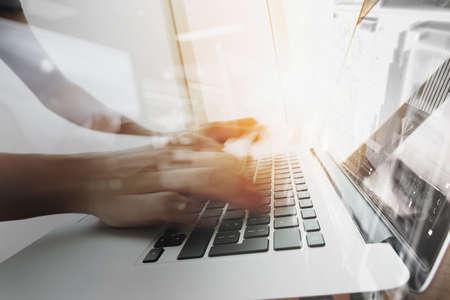 Designer bewegte Hände mit Laptop-Computer und digitale Netz disign Diagramm als Konzept Lizenzfreie Bilder