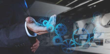 dubbele blootstelling van zakenman hand werken met radertje versnelling tot succes als concept