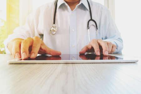 Medizin Arzt Hand arbeiten mit modernen digitalen Tablet-Pad als medizinische Netzwerk-Konzept