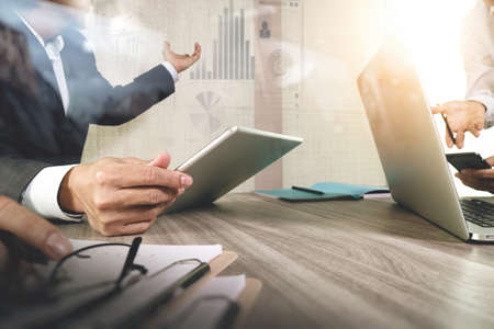 comercio: El hombre de negocios que hace la presentación con sus colegas y estrategia de negocio efecto de capa digital en la oficina como concepto