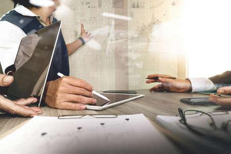 liderazgo empresarial: El hombre de negocios que hace la presentación con sus colegas y estrategia de negocio efecto de capa digital en la oficina como concepto