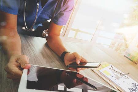 công nghệ: tay bác sĩ y học làm việc với giao diện kỹ thuật số máy tính bảng hiện đại như là khái niệm mạng lưới y tế