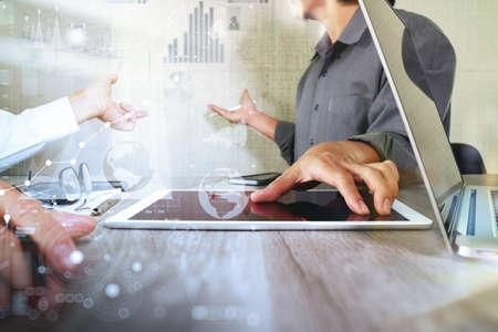 ESTADISTICAS: El hombre de negocios que hace la presentación con sus colegas y estrategia de negocio efecto de capa digital en la oficina como concepto
