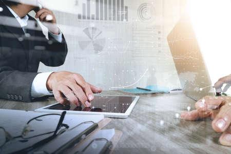 Homme d'affaires faisant présentation avec ses collègues et la stratégie d'entreprise effet de calque numérique au bureau que le concept Banque d'images - 53604538