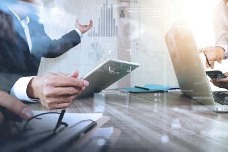 Homme d'affaires faisant présentation avec ses collègues et la stratégie d'entreprise effet de calque numérique au bureau que le concept