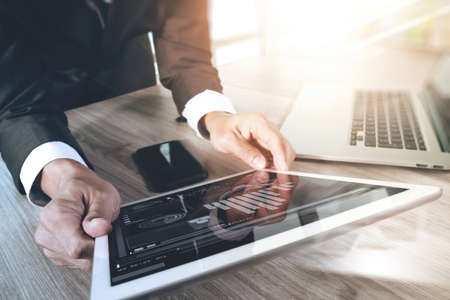 Mit digitalen Tablet-Computer und Smartphone und Laptop-Computer mit digitalen Geschäftsstrategie Schichteffekt Geschäftsmann auf Schreibtisch aus Holz als Konzept arbeiten Standard-Bild - 53604805