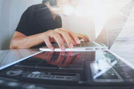 Website-Designer arbeiten digitale Tablet und Laptop-Computer mit Smartphone und digitales Design Diagramm auf Holz-Schreibtisch als Konzept Standard-Bild - 53605297