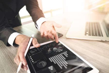 Mit digitalen Tablet-Computer und Smartphone und Laptop-Computer mit digitalen Geschäftsstrategie Schichteffekt Geschäftsmann auf Schreibtisch aus Holz als Konzept arbeiten Standard-Bild - 53605292