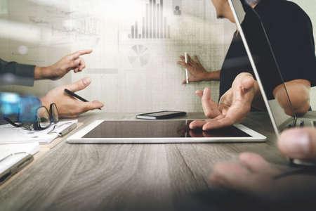 Geschäftsmann macht Präsentation mit seinen Kollegen und Geschäftsstrategie digitale Schichteffekt im Büro als Konzept Standard-Bild - 53605743