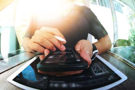 Website ontwerper die digitale tablet en slimme telefoon en digitale diagram op houten bureau als concept