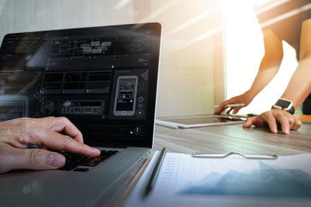 Designer Hand die Arbeit mit digitalen Tablet-Computer und Smartphone eine Präsentation mit seinen Kollegen als Responsive Webdesign Konzept machen Standard-Bild - 53607042