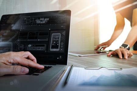 Designer mano che lavora con il computer tablet digitale e smart phone fare una presentazione con i suoi colleghi come responsive web design concept