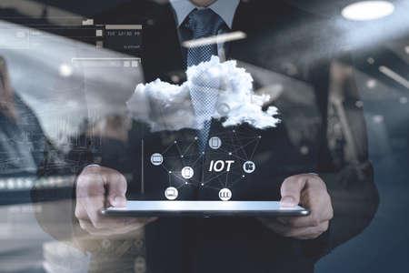 doble exposición de la mano mostrando Internet de las cosas (IoT) Diagrama de palabra como concepto