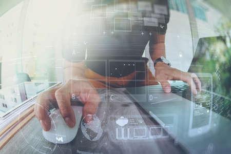 Diseñador de la mano de trabajo con ordenador portátil en el escritorio de madera como concepto de diseño web adaptable