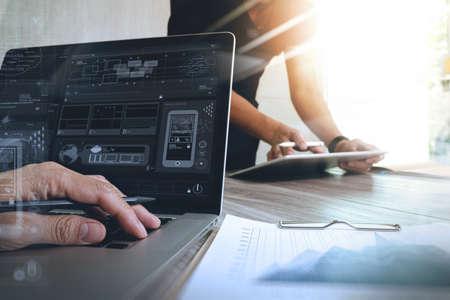 デジタル タブレット コンピューターとスマート フォンのレスポンシブ web デザイン コンセプトとして彼の同僚のプレゼンテーションを作るデザイ 写真素材