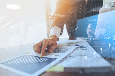 zakelijke documenten op kantoor tafel met laptop computer en grafiek zakelijke sociale netwerk diagram en de man aan het werk in de backgroun