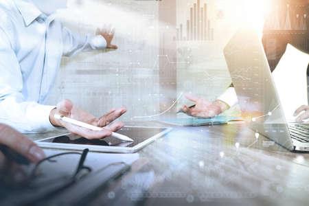 Homme d'affaires faisant présentation avec ses collègues et la stratégie d'entreprise effet de calque numérique au bureau que le concept Banque d'images - 53607334