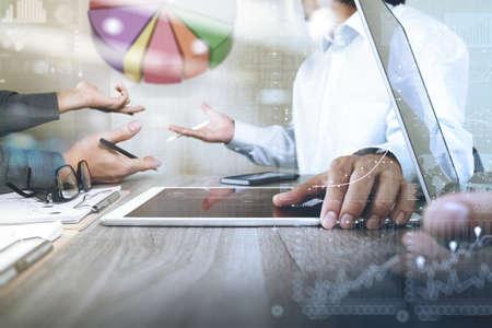 lider: El hombre de negocios que hace la presentación con sus colegas y estrategia de negocio efecto de capa digital en la oficina como concepto