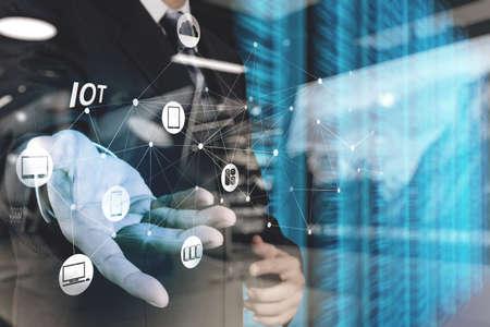 double exposition de la main montrant internet des objets (IdO) mot diagramme comme notion Banque d'images