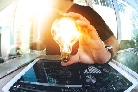 Diseñador de la mano que muestra la estrategia de negocio creativo con bombilla como concepto Foto de archivo - 53607638