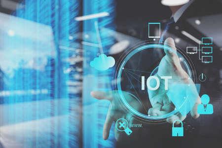 dubbele blootstelling van de hand die het internet van dingen (IoT) woorddiagram als concept toont Stockfoto