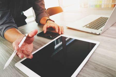 Website ontwerper werkt blanco scherm digitale tablet en computer laptop met slimme telefoon op houten bureau als concept