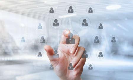 double exposition de points de main d'homme d'affaires de ressources humaines, CRM et diagramme de médias sociaux comme le concept