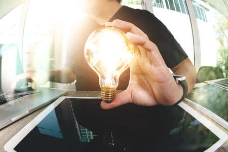 designer hand met creatieve business-strategie met gloeilamp als concept Stockfoto