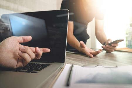 Mano dell'uomo d'affari che fa presentazione con i suoi colleghi e la strategia di business effetto di livello digitale in ufficio come concetto