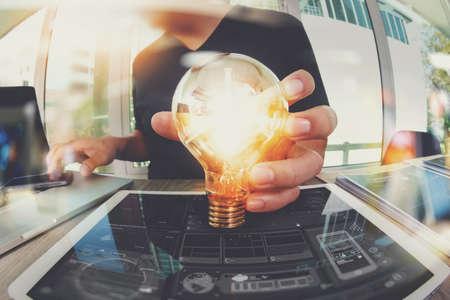 bombillas: diseñador de la mano que muestra la estrategia de negocio creativo con bombilla como concepto
