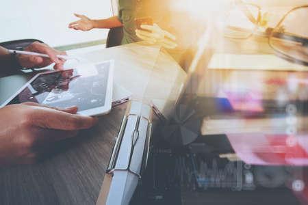 Homme d'affaires faisant présentation avec ses collègues et la tablette d'affaires ordinateur numérique au bureau que le concept Banque d'images