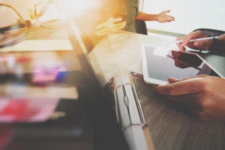 desarrollo económico: El hombre de negocios que hace la presentación con sus colegas y ordenador digital de la tableta en la oficina de negocios como concepto