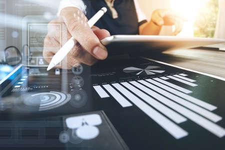 concepteur de site Web travaillant tablette numérique et l'ordinateur portable avec un téléphone intelligent et diagramme de conception numérique sur le bureau en bois comme le concept Banque d'images