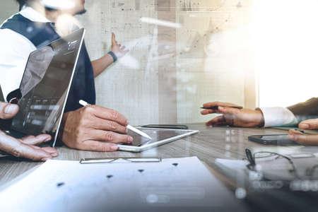 recursos financieros: El hombre de negocios que hace la presentación con sus colegas y estrategia de negocio efecto de capa digital en la oficina como concepto