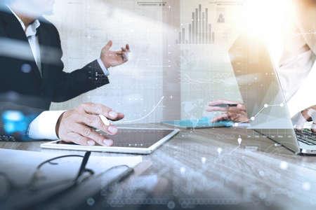tormenta de ideas: El hombre de negocios que hace la presentación con sus colegas y estrategia de negocio efecto de capa digital en la oficina como concepto