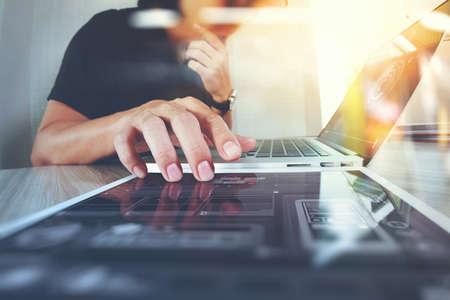 ウェブサイト デザイナー デジタル タブレットとコンピューターのノート パソコンとデジタル設計図概念として木製の机の上
