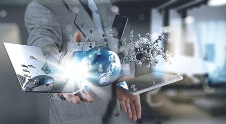 trabajar con la tecnología moderna y efecto de capa digital como estrategia de negocio concepto de mano de negocios