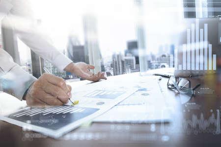 スマート フォンとソーシャル ネットワーク図とバック グラウンドで働いていた男のデジタル タブレットとグラフ ビジネス オフィスのテーブルに