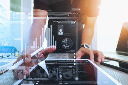 개념으로 나무 책상에 디지털 태블릿 및 컴퓨터 노트북 및 디지털 디자인 다이어그램 작업 웹 사이트 디자이너 스톡 콘텐츠