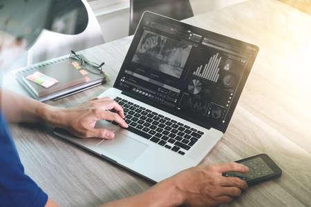Hand van de zakenman het bijwonen van videoconferentie met laptop computer op het bureau in het kantoor