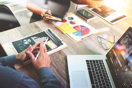 Homme d'affaires faisant présentation avec ses collègues et la stratégie d'entreprise effet de calque numérique au bureau que le concept Banque d'images