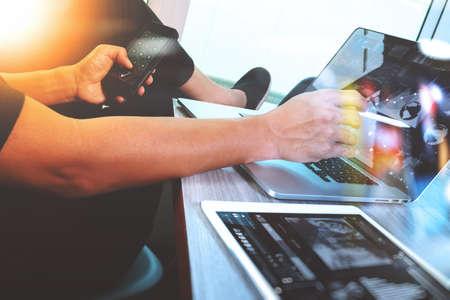 概念としての木製机の上デジタル タブレットとスマート フォンとデジタル設計図コンピューター ノート パソコンの作業のウェブサイトのデザイナ