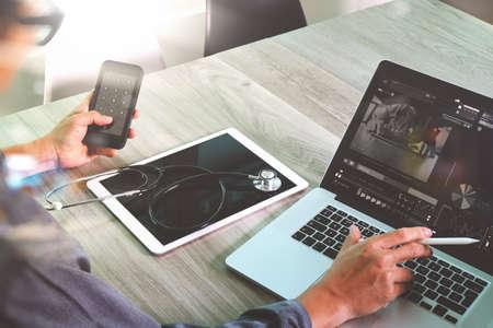 概念として医療ワークスペース オフィスとビデオ conferrance でスマート フォンとデジタル タブレットとラップトップのコンピューターで働く医師 写真素材 - 58970864