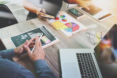 revisando documentos: El hombre de negocios que hace la presentación con sus colegas y estrategia de negocio efecto de capa digital en la oficina como concepto