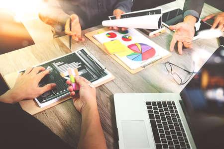 개념으로 사무실에서 그의 동료와 비즈니스 전략 디지털 레이어 효과 프레 젠 테이 션을 만드는 사업가 스톡 콘텐츠