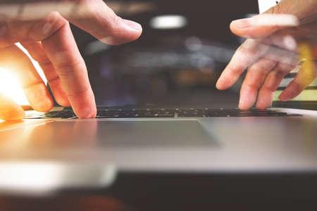 Nahaufnahme von Designer Hand mit Laptop-Computer auf Schreibtisch aus Holz als Responsive Webdesign Konzept Standard-Bild - 59035739