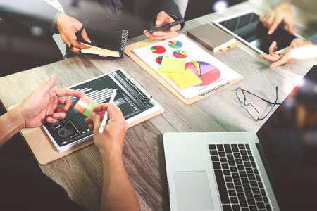 Zakenman die presentatie met zijn collega's en effect van de bedrijfsstrategie het digitale laag maken op het kantoor als concept