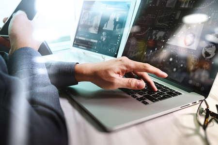 通信: デジタル層ビジネス戦略とソーシャル メディア ダイアグラム大理石の机の上のノート パソコンに取り組んでのビジネスマン手 写真素材