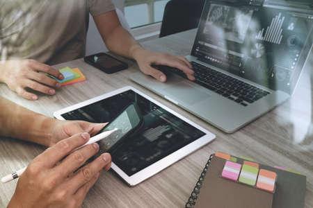 디지털 태블릿 컴퓨터와 스마트 폰이 반응 형 웹 디자인 개념으로 자신의 동료와 프리젠 테이션을 만드는 작업 디자이너의 손