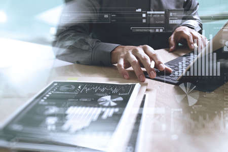 Businessman main concept de travail. Documents financer la charte graphique. conception d'ordinateur à écran dock clavier tablette numérique téléphone intelligent en utilisant. Eyeglass sur le marbre bureau. Sun effet flare